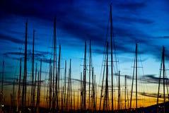 Maste gegen den Sonnenunterganghimmel Lizenzfreie Stockfotografie