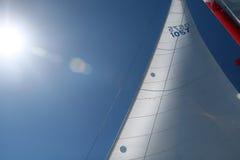 Maste und Segel auf einem Boot, Lieferung, Sun-Aufflackern stockbild