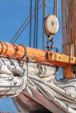 Maste und Segel eines hohen Segelschiffs Stockbild