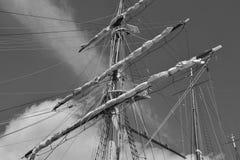 Maste und Seile auf einem alten Segelschiff lizenzfreie stockbilder