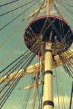 Maste und Takelung eines alten hölzernen Segelboots F?hrt Plattform des Schiffs einzeln auf stockbilder