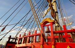 Maste und Takelung eines alten hölzernen Segelboots F?hrt Plattform des Schiffs einzeln auf lizenzfreie stockbilder