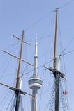 Maste von des Segeln-Bootes und DES KN-Kontrollturms Lizenzfreie Stockfotos
