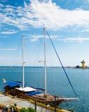2-masted деревянный парусник причаленный в гавани Стоковая Фотография