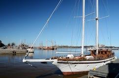 2-masted парусное судно причаленное в Хельсинки Стоковые Фотографии RF