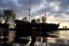 2 masted парусное судно состыкованное в искусственной гавани на утре Стоковые Изображения