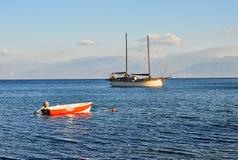 2 Masted яхта плавания поставленная на якорь в заливе, Греции Стоковые Изображения RF