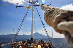Masten av skeppet, som går till Mount Athos royaltyfria foton