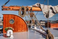 Masten en zeilen van een lang varend schip Stock Foto