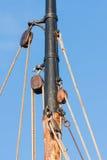 Masten och rigging från gammal träsegling sänder Arkivbild