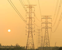 Masten und Stromleitungen Stockfotografie