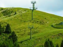 Masten van een kabelwagen in de bergen Stock Fotografie