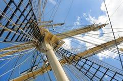 Masten van het oude varende schip op hemelachtergrond Stock Foto