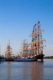 Masten van Lange schepen in haven Stock Foto