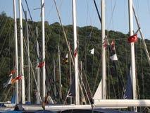 Masten van varende die boot dan in een Turkse jachthaven worden vastgelegd Stock Fotografie