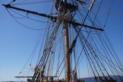Masten yardarms, rigging och seglar Arkivbild