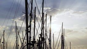 Master av skepp och molnig himmel arkivfilmer