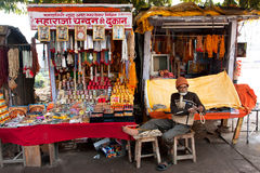 Master of beads works at his stall Royalty Free Stock Photos