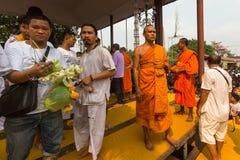 Master cerimonia di Wai Kroo dei partecipanti (Luang Por Phern) di giorno al monastero di Pra di colpo Fotografie Stock
