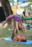 Master yoga di yoga della mosca di Classduo all'aperto Immagini Stock