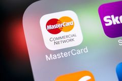 MasterCard εικονίδιο εφαρμογής στο iPhone Χ της Apple κινηματογράφηση σε πρώτο πλάνο οθόνης Εικονίδιο κύριων καρτών MasterCard εφ Στοκ Φωτογραφία