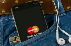 MasterCard εικονίδιο εφαρμογής στο iPhone Χ της Apple κινηματογράφηση σε πρώτο πλάνο οθόνης στην τσέπη τζιν Εικονίδιο κύριων καρτ Στοκ Εικόνες