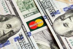 Mastercard με τα χρήματα Στοκ φωτογραφίες με δικαίωμα ελεύθερης χρήσης