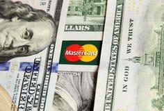 Mastercard με τα χρήματα Στοκ εικόνα με δικαίωμα ελεύθερης χρήσης