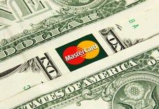 Mastercard με τα χρήματα Στοκ φωτογραφία με δικαίωμα ελεύθερης χρήσης