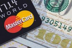 Mastercard и деньги, доллары Екатеринбург, Россия - 11-ое апреля, Стоковые Изображения RF