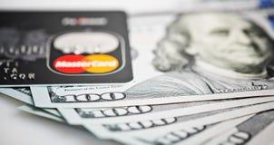Mastercard debiteringkort över dollarräkningar Fotografering för Bildbyråer