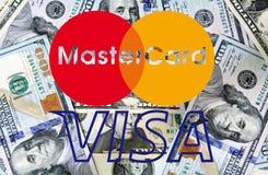 Mastercard i wizy logo na pieniądze Obrazy Royalty Free
