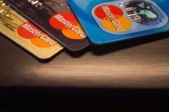 Mastercard logo på kreditkortar arkivfoton