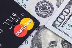 Mastercard y cientos dólares de billetes de banco Ekaterinburg, Russ imagen de archivo libre de regalías