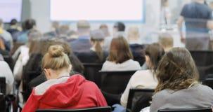 Masterclass al congresso Pubblico pubblico degli spettatori della gente che assiste alla conferenza matrice la gente ad una confe video d archivio