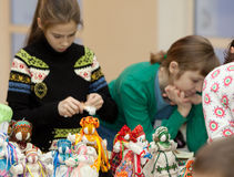 Masterclass em bonecas bobinadas na maratona da caridade Fotografia de Stock Royalty Free