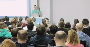 Masterclass no congresso Audiência pública dos espectadores dos povos que atende à leitura mestra povos em uma conferência ou video estoque