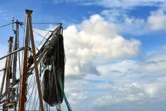 Masthead рыбацкой лодки с темой сетей стоковые изображения rf