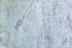 Mastic bleu-clair Vieux mur plâtré avec des taches et des éraflures Revêtement décoratif avec une texture inégale blanc image stock