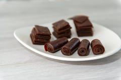 Masticazione della caramella da pasta dolce sul succo di frutta immagini stock libere da diritti