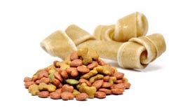 Masticazioni del cane e dell'alimento per animali domestici. Fotografie Stock