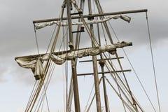 Masting большого деревянного парусного судна, детальное такелажирование с ветрилами Стоковая Фотография