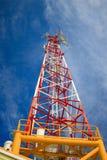 Mastro da telecomunicação com relação de micro-ondas Fotos de Stock Royalty Free