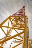 Mastro da telecomunicação com relação de micro-ondas Fotografia de Stock Royalty Free