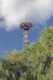 Mastro da telecomunicação sobre um céu azul. Imagens de Stock Royalty Free