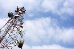 Mastro da telecomunicação com relação de micro-ondas e transmissor da tevê Imagens de Stock Royalty Free