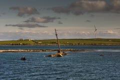 Mastro de alcances velhos do shipwrech fora do mar imagem de stock royalty free