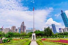 Mastro de bandeira taiwanês com a bandeira aumentada e distrito financeiro de Xinyi Fotografia de Stock Royalty Free