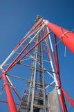 Mastro de rádio de encontro ao céu azul Imagens de Stock Royalty Free