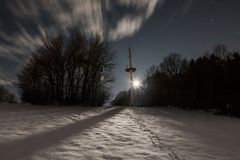 Mastro de rádio em Liebersberg perto de Grafenau em uma noite do inverno da Lua cheia, floresta bávara, Alemanha Imagem de Stock Royalty Free